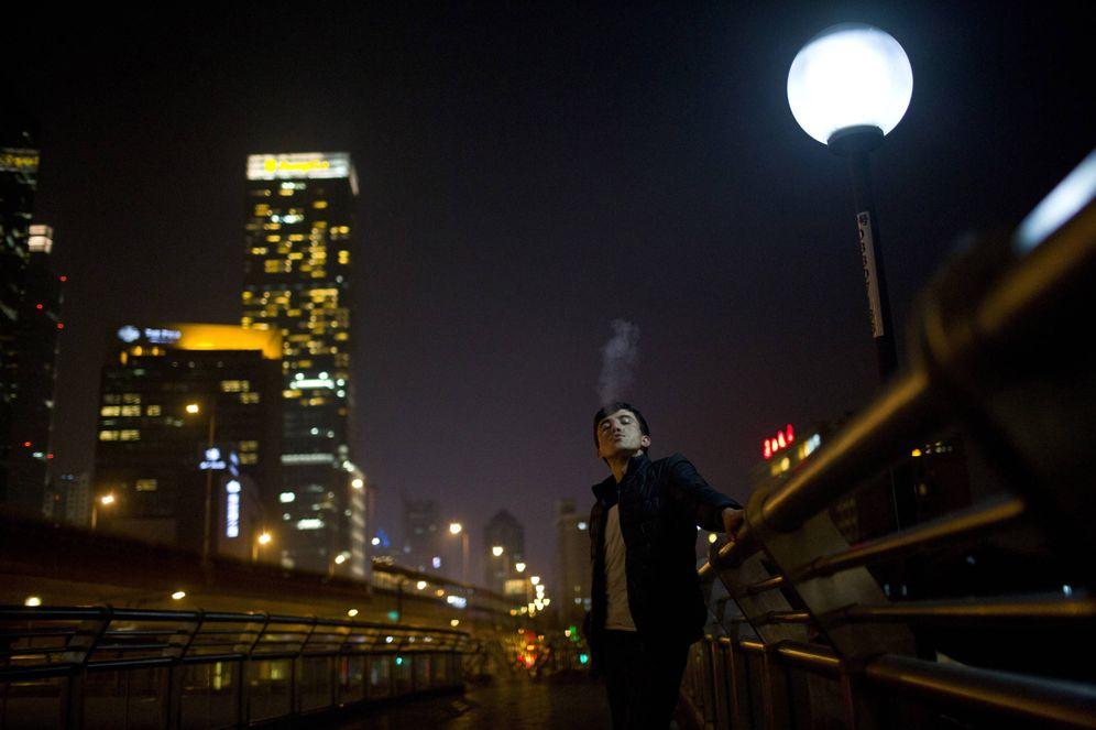 Foto: Un hombre de la etnia uigur fuma en una calle de Shanghái, China (Reuters).