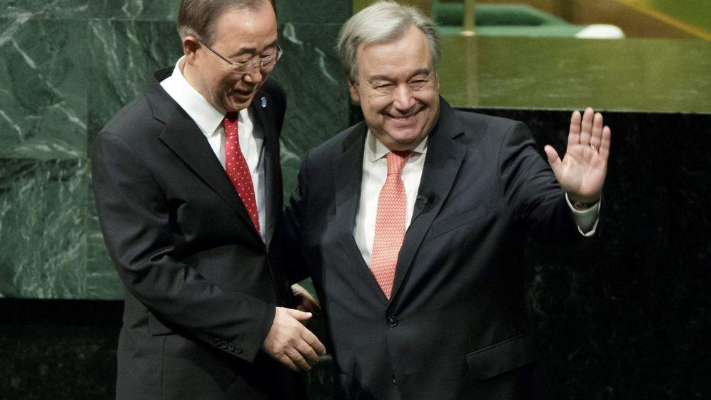 Foto: António Guterres estrecha la mano del secretario general saliente, Ban Ki-moon, tras jurar el cargo (Reuters)