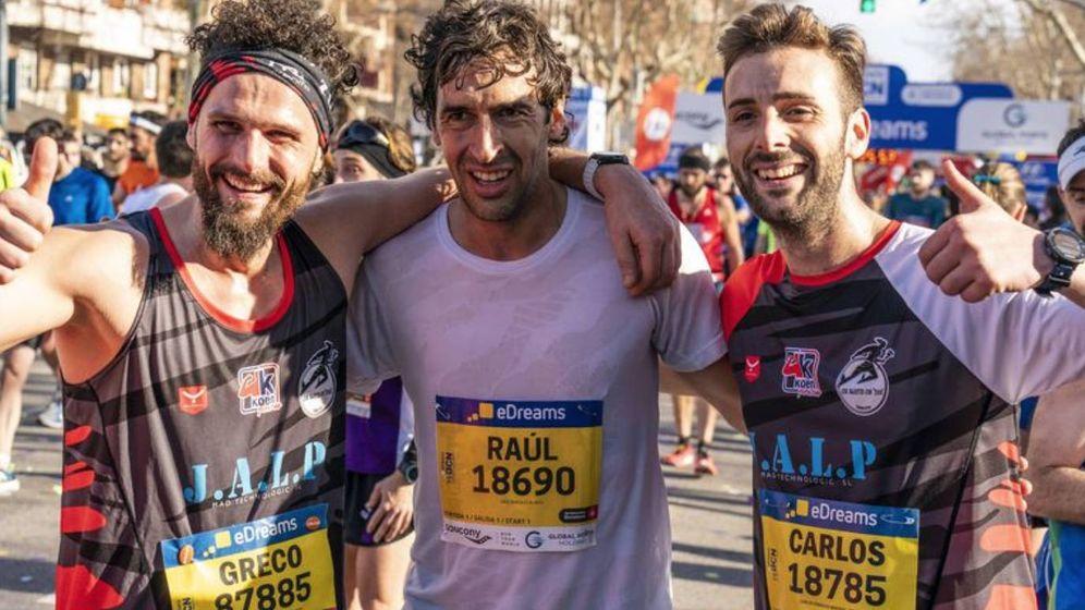 Foto: Raúl junto a dos participantes en la media maratón de Barcelona