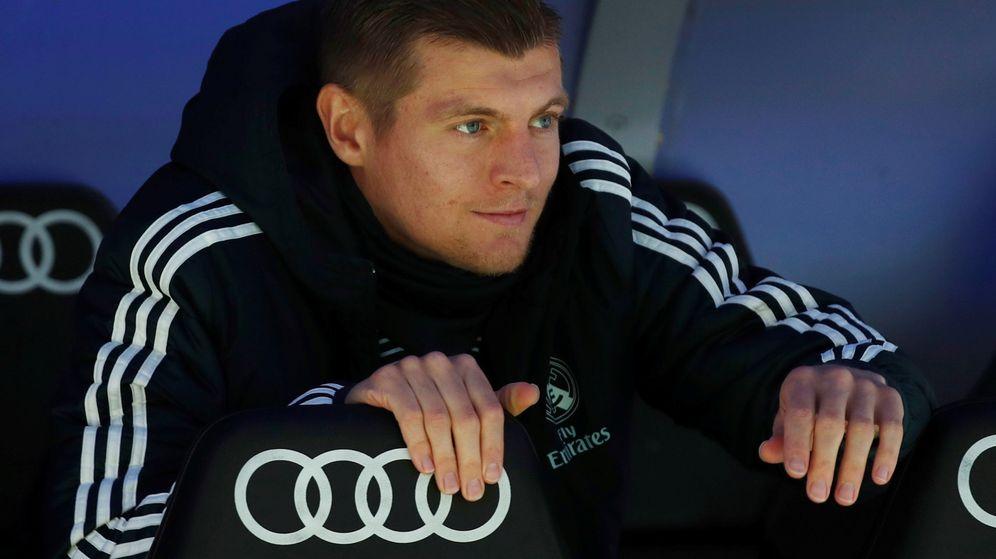 Foto: Toni Kroos en el banquillo durante el partido entre el Real Madrid y el Eibar. (Efe)