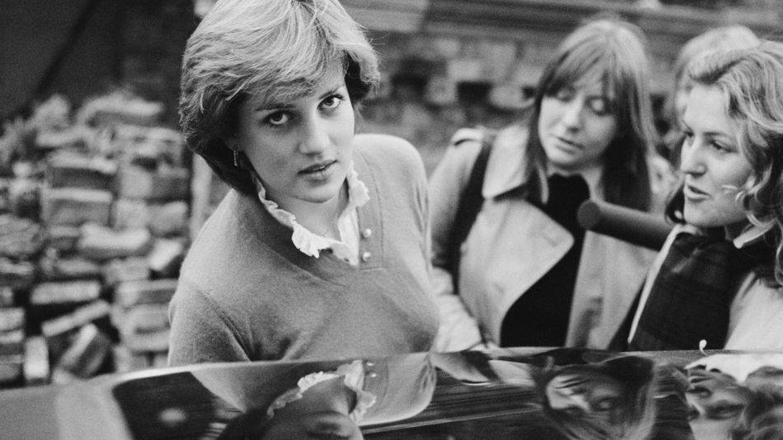 La princesa Diana, fotografiada entrando en el coche. (Getty)