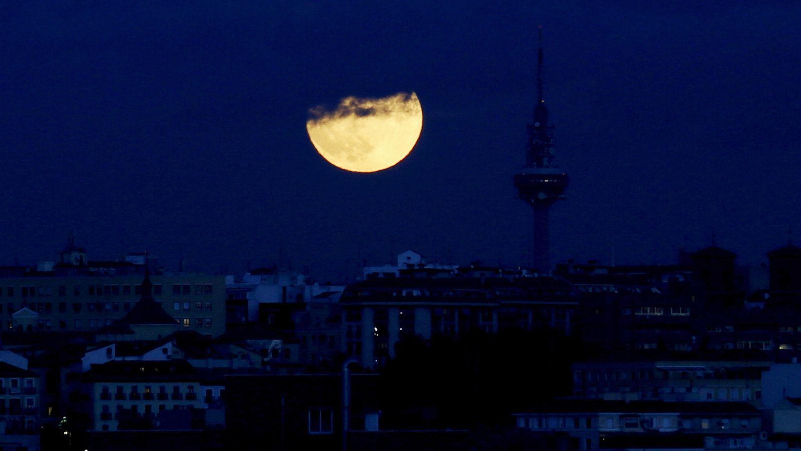 Foto: Noche en Madrid, con Torrespaña, sede de RTVE, al fondo. (EFE)