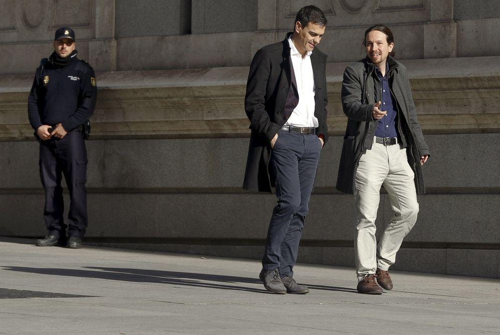Foto: Pedro Sánchez y Pablo Iglesias, minutos antes de su reunión del pasado 30 de marzo en el Congreso. (Reuters)