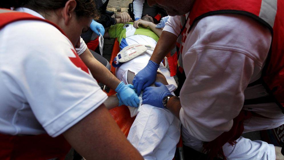 Foto: Un herido por asta de toro en el penúltimo encierro de los Sanfermines (REUTERS)