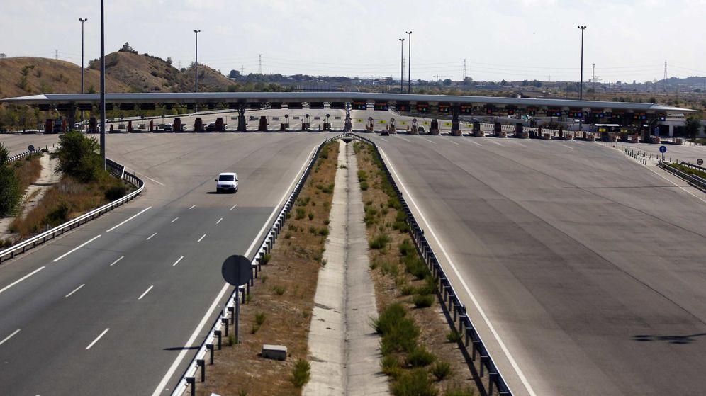 Foto: Un coche circula por la autopista radial R-3 en Madrid. (Reuters)