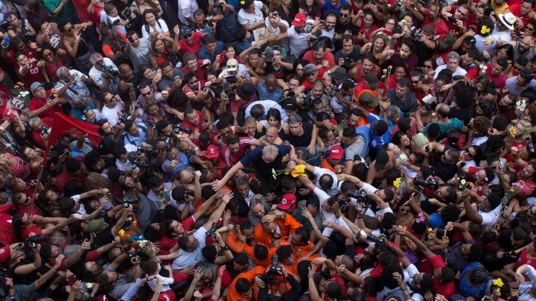 Lula arropado por sus seguidores durante la tarde del sábado, a las puertas del sindicato. (Reuters)