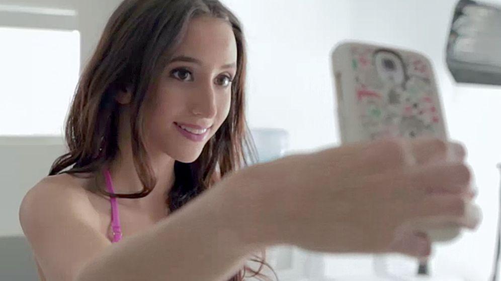 Foto: Una captura del documental realizado por Condé Nast Entertainment, en el que la propia Knox toma una fotografía de su cuerpo.