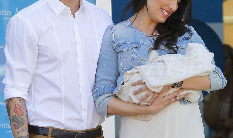 Foto: Sergio Ramos y Pilar Rubio presentando a su primer hijo (Gtres)