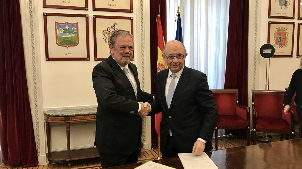 Foto: Cristóbal Montoro y Pedro Azpiazu, sellando el acuerdo.