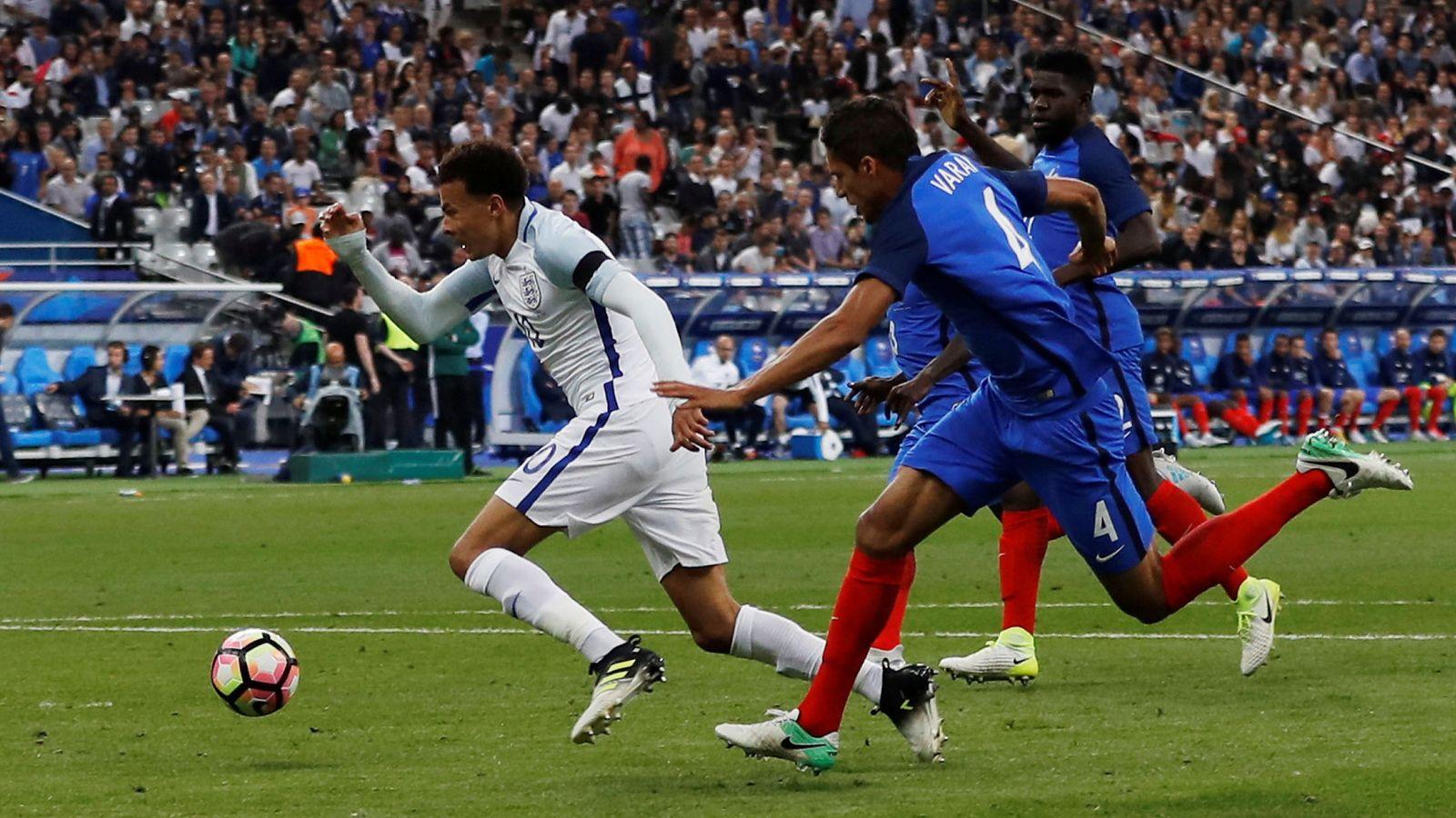 Foto: Varane, Dele Alli y la jugada de la polémica. (Reuters)