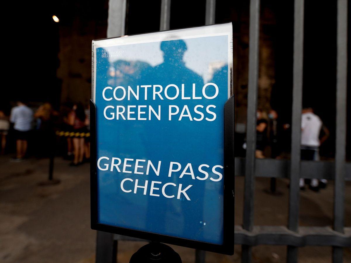 Foto: Control de 'green pass' en el Coliseo de Roma, Italia. (Reuters)