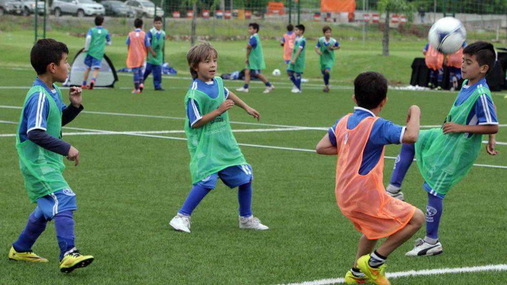 Foto: Niños jugando al fútbol (EFE)