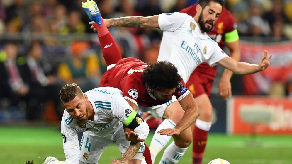 Foto: Sergio Ramos derribando a Mo Salah en la final de la Champions de Kiev. (EFE)