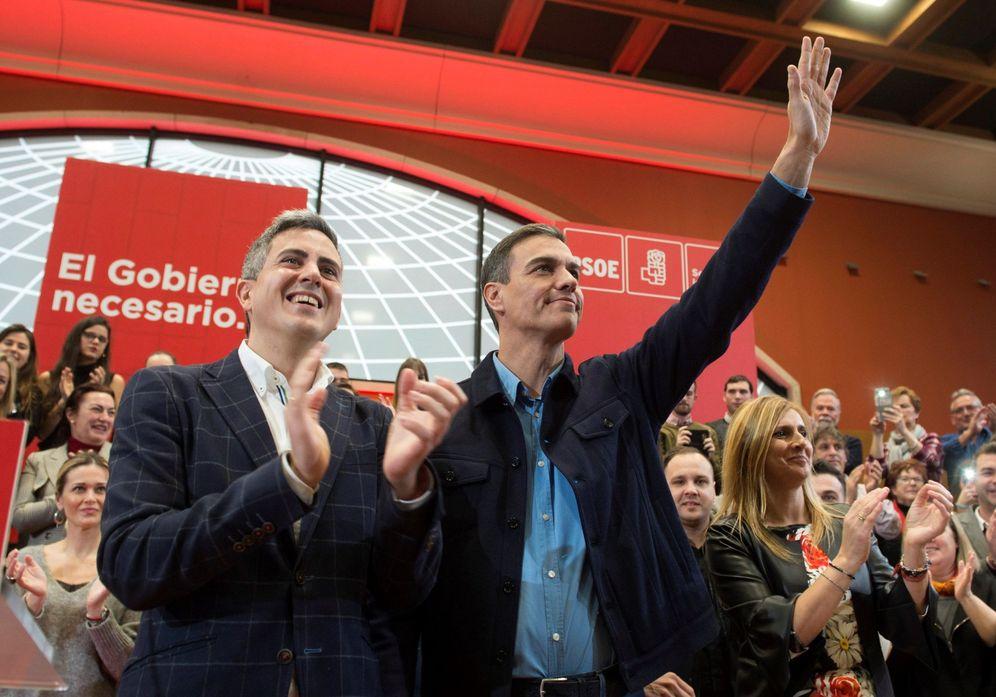 Foto: Pedro Sánchez, junto al candidato al Gobierno de Cantabria y líder regional del PSOE, Pablo Zuloaga, este 10 de febrero en Santander. (EFE)