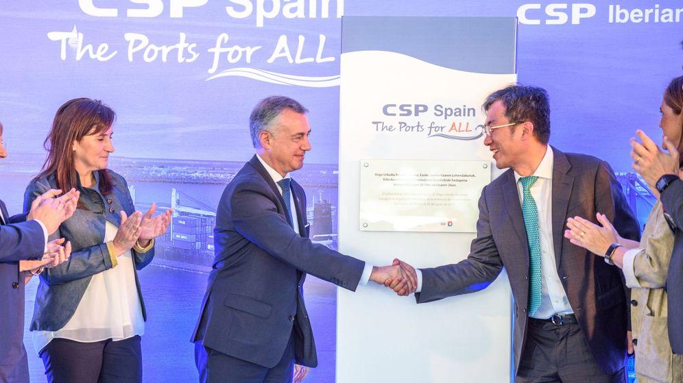 Foto: Urkullu saluda al CEO de Cosco España, Sun Kai, en la inauguración de la nueva terminal de Bilbao. (EFE)