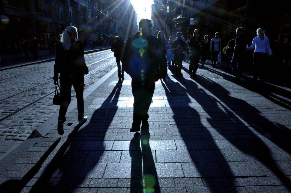 Foto: Finlandeses caminan por el centro de Helsinki. (Reuters)