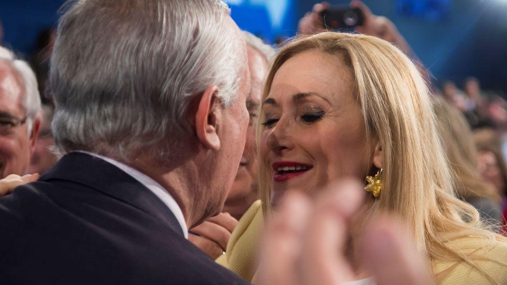 Foto: Javier Arenas saluda a Cristina Cifuentes durante la inauguración de la Convención Nacional del PP. (EFE)
