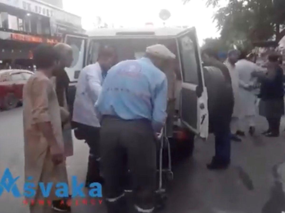 Foto: Imágenes de heridos en el atentado trasladados a un hospital en Kabul (Reuters)