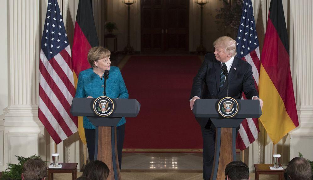 Foto: El presidente de EE.UU., Donald Trump, y la canciller alemana, Angela Merkel, durante una rueda de prensa conjunta tras su reunión en la Sala Este de la Casa Blanca. (EFE)