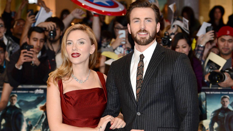 Scarlett Johansson y Chris Evans, durante un estreno. (Getty)