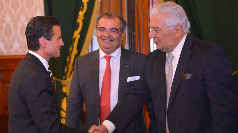 De izda. a dcha, Enrique Peña Nieto, expresidente de México, Ángel Ron, expresidente de Banco Popular, y el inversor mexicano Antonio del Valle. (EFE)
