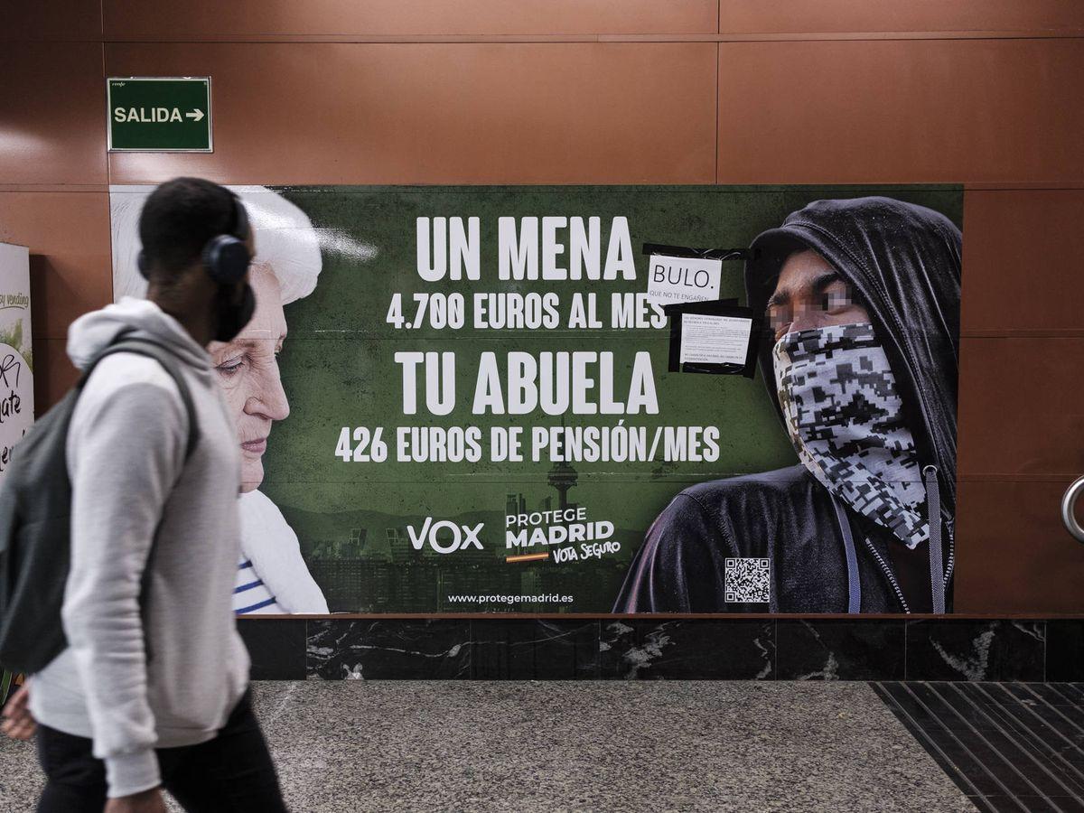 Foto: Cartel electoral de VOX contra los menas, en la estación de Metro de la Puerta del Sol, en Madrid. (Sergio Beleña)