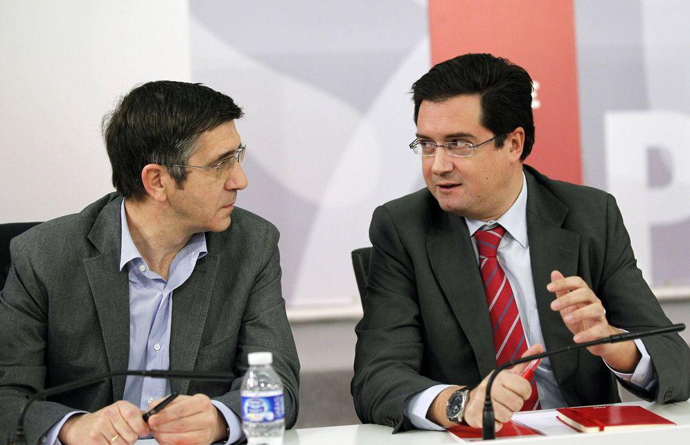 Foto: Patxi López y Óscar López conversan durante una reunión de la ejecutiva de Alfredo Pérez Rubalcaba, en enero de 2013 en Ferraz. (EFE)