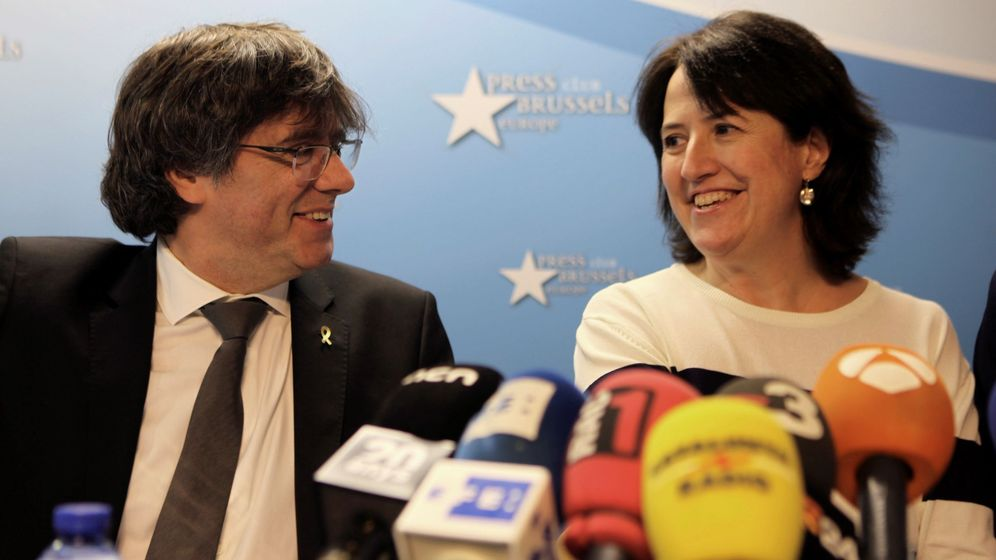 Foto: Elisenda Paluzie comparece ante los medios junto a Carles Puigdemont en Bruselas en mayo de 2019. (EFE)