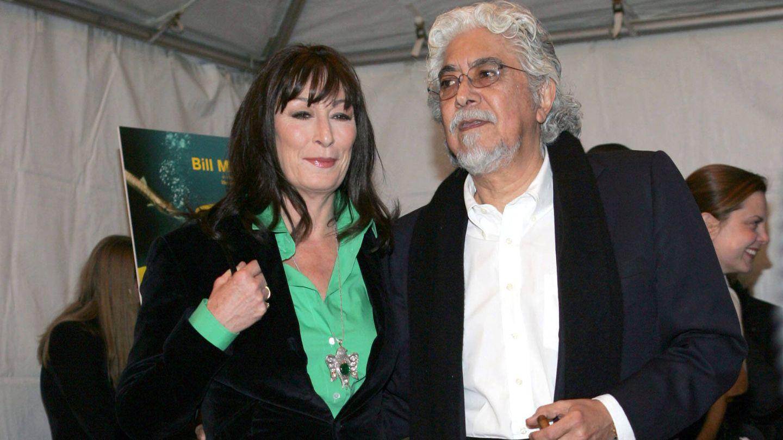 Anjelica Huston junto a su última pareja, Robert Graham, en 2004. (CP)