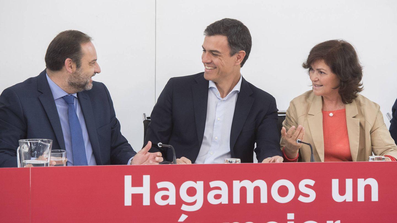 Pedro Sánchez, junto a José Luis Ábalos y Carmen Calvo, el pasado 21 de mayo en la reunión del plenario de la ejecutiva federal del PSOE. (Borja Puig   PSOE)