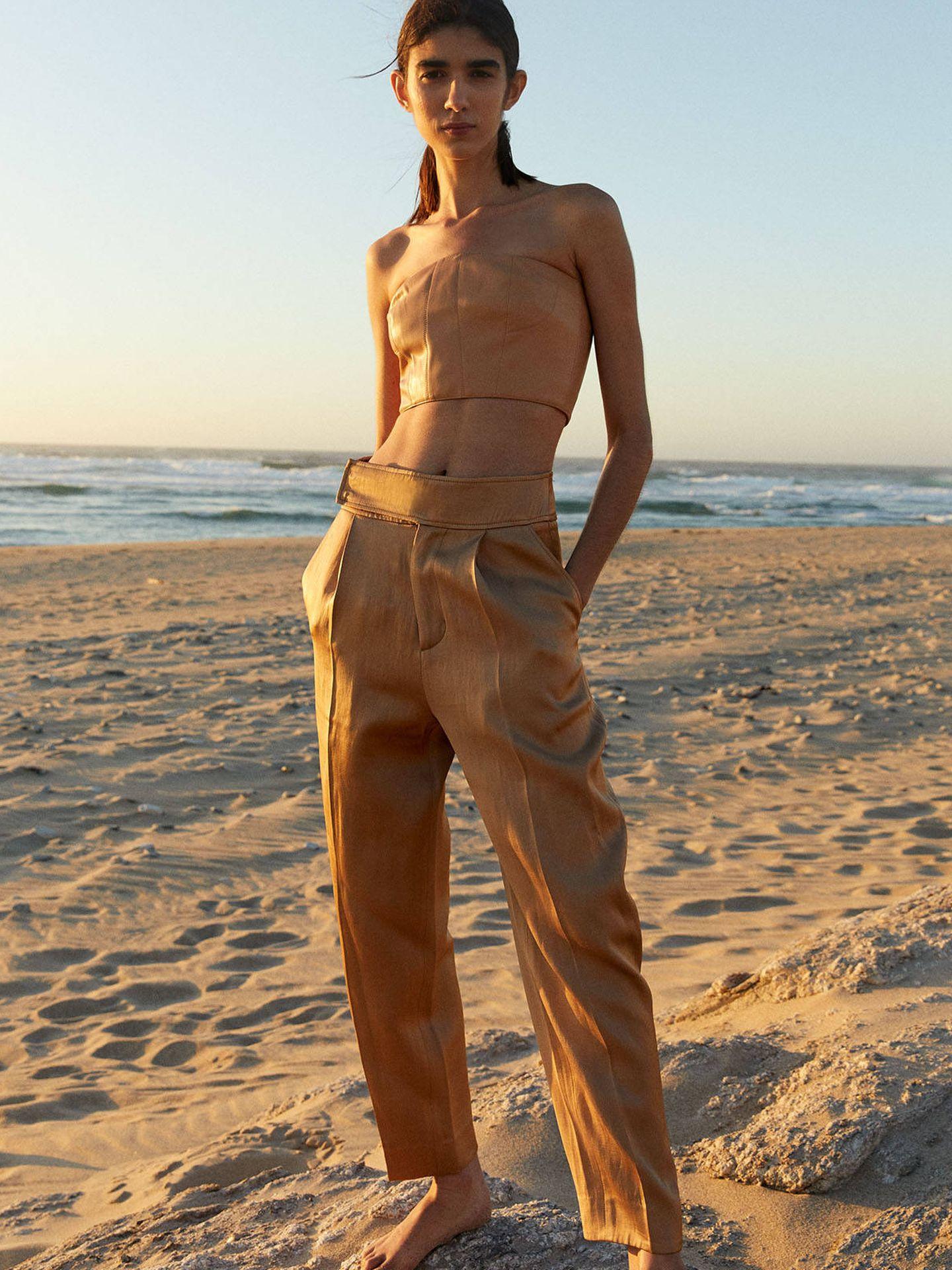 Pantalón de lino satinado de Sfera. (Cortesía)