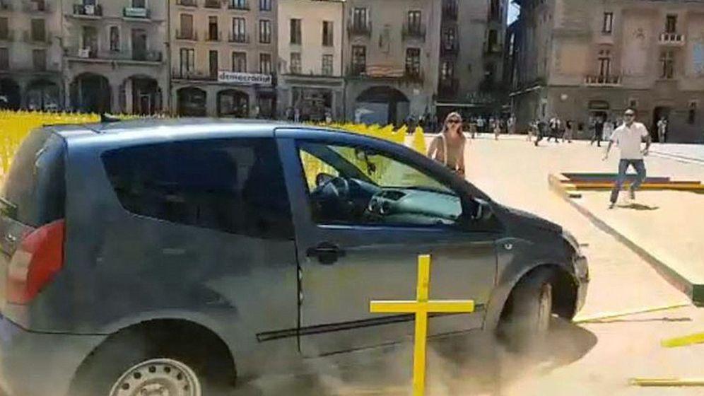 Foto: Fotografía tomada de un vídeo del Twitter del Ayuntamiento de Vic, del coche que irrumpió en la plaza Major de Vic. (EFE)