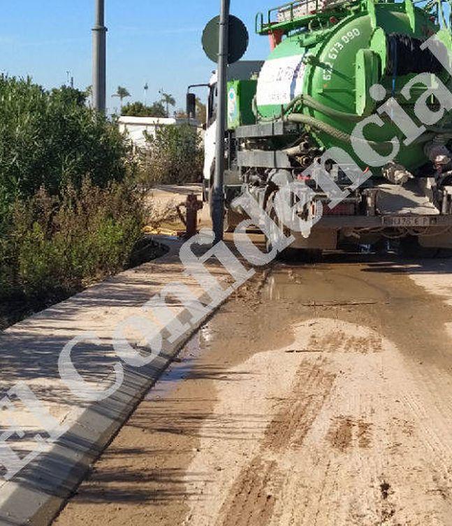 Foto:  Uno de los camiones que recoge agua potable. (Imagen captada por uno de los vecinos que han denunciado)