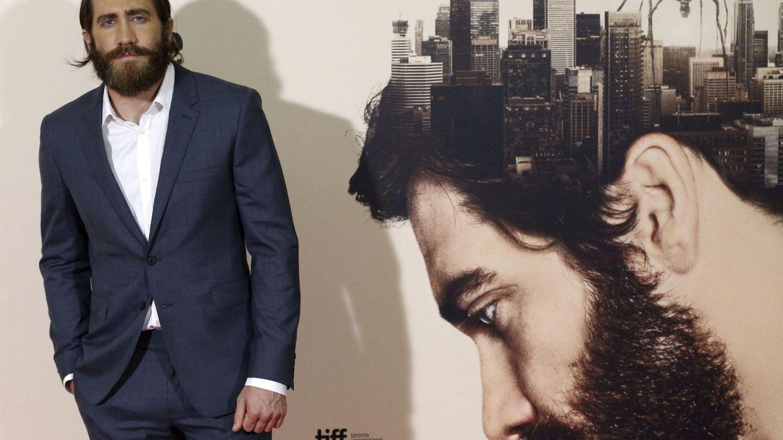 Jake Gyllenhaal, protagonista de 'Enemy', junto al cartel del filme