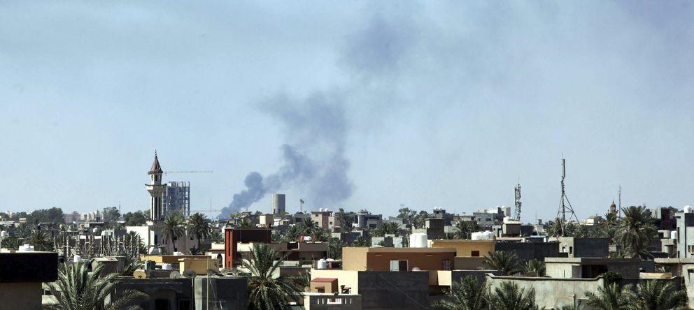 Foto: Columnas de humo cerca del aeropuerto internacional de Tripoli. (Efe)