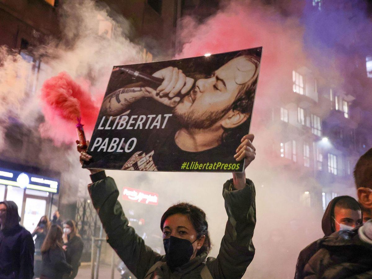 Foto: Una manifestante lleva un cartel en el que pide la liberación del rapero Pablo Hasél. (Reuters)