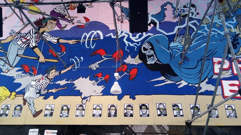 La Ertzaintza retira los carteles con fotos de presos de ETA de una caseta en Bilbao