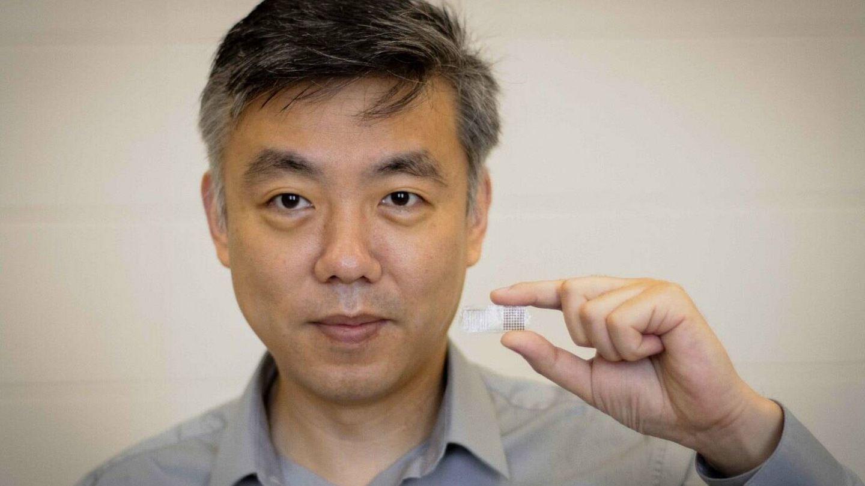 El profesor Wang mostrando su implante. (Jason Daley/UW–Madison)