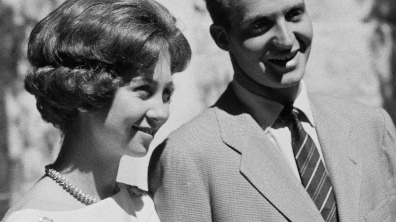Don Juan Carlos y doña Sofía, el día que anunciaron su compromiso. (Cordon Press)