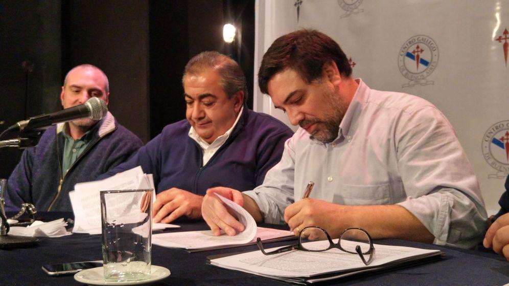 Foto: El responsable de ATSA, Héctor Drazer (i), y el interventor del Centro Gallego, Martín Moyano, durante la firma de un convenio para liquidar las deudas salariales contraídas en 2011. (EFE)