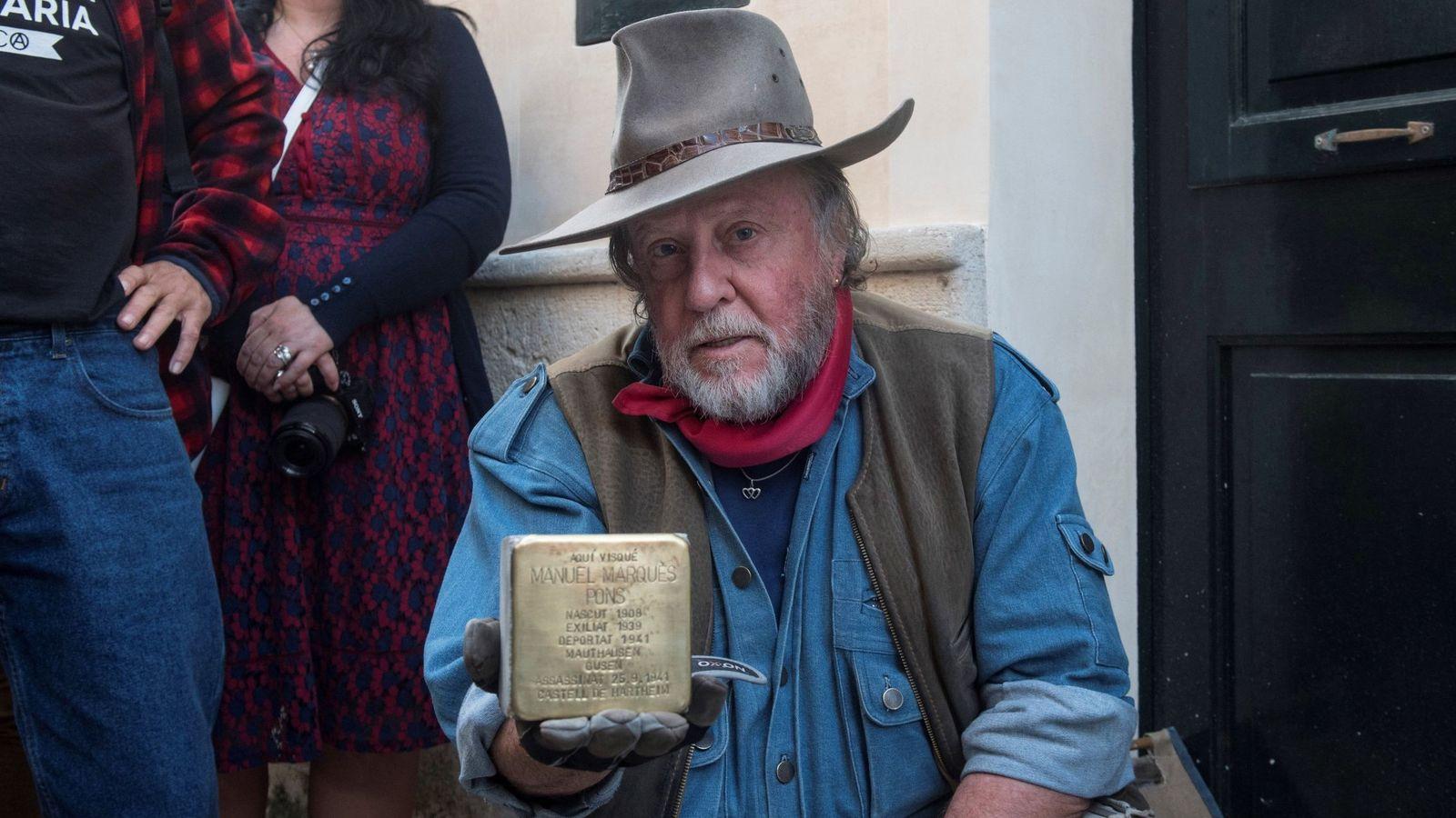 Foto: Gunter Demnig, durante la colocación de uno de sus adoquines en Barcelona (EFE/David Arquimbau Sintes)