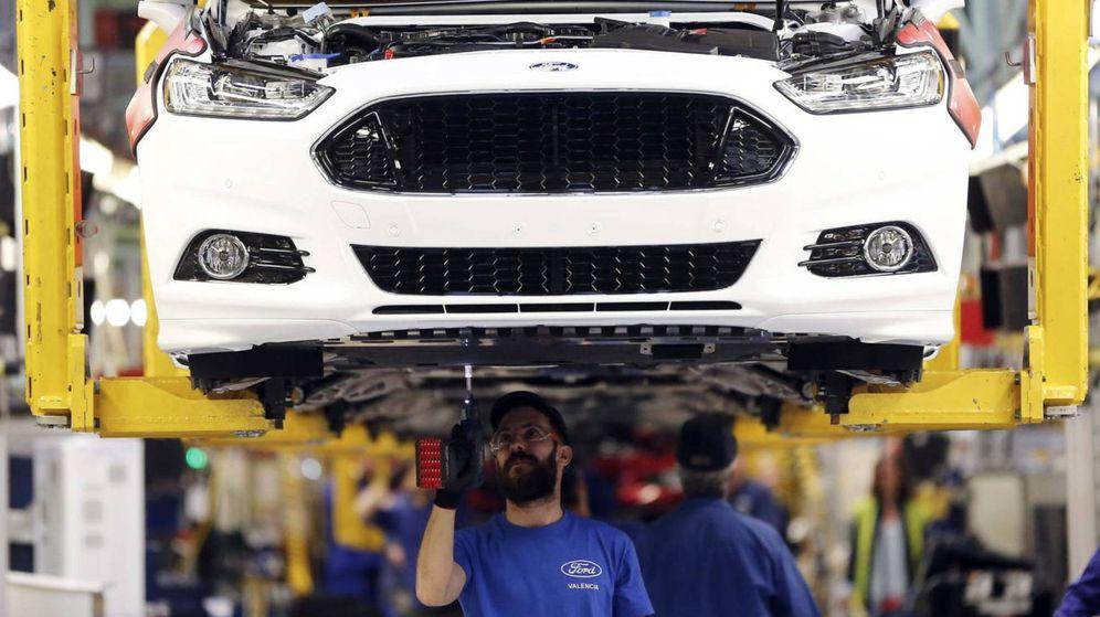 Foto: Un operario, en la cadena de producción de la planta de Ford en Almussafes.