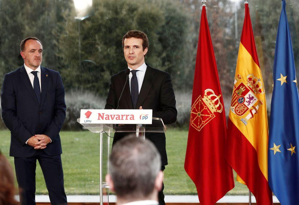 Foto: Esparza y Casado firman el pasado miércoles en Pamplona su acuerdo electoral. (EFE)
