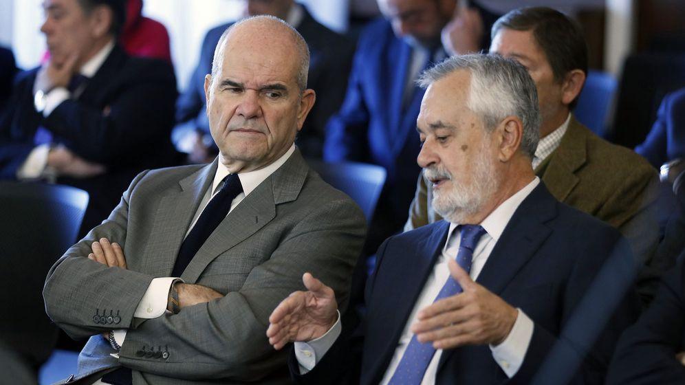 Foto: Los expresidentes de la Junta Manuel Chaves (i) y José Antonio Griñán, este lunes en el banquillo. (EFE)