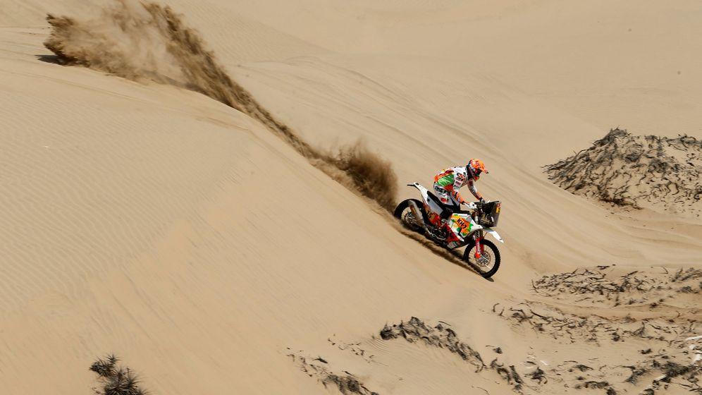 Foto: Laia Sanz desciende una duna durante la quinta etapa. (Reuters)
