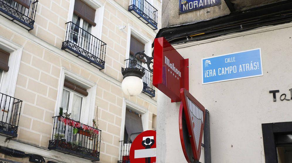 Foto: La placa de ¡Era campo atrás! en la esquina de la calle Moratín con Fucar. (ACB Photo/Emilio Cobos)