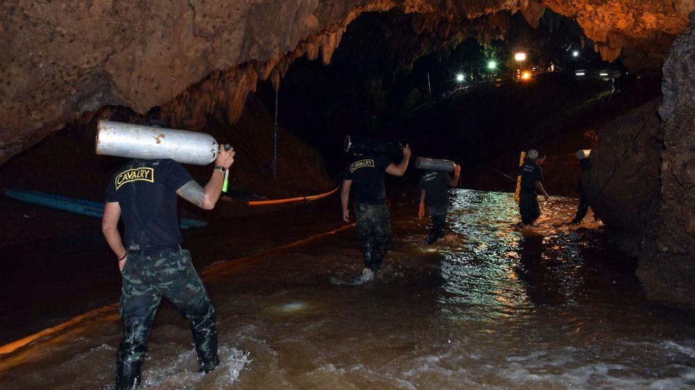 Foto: Un grupo de buzos intentando alcanzar la cueva en la que estaban atrapados los niños. (EFE)
