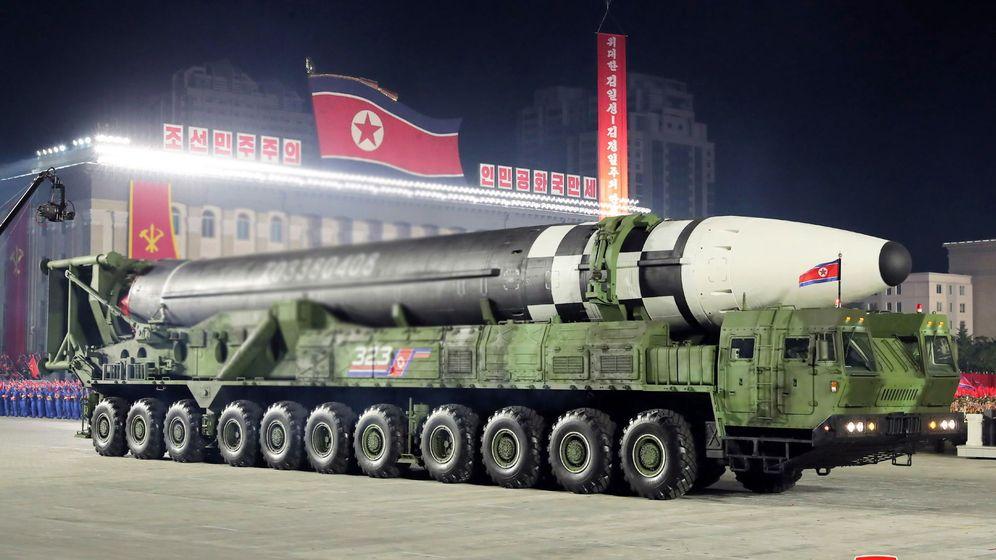 Movimientos militares, tendencias a la guerra imperialista mundial. - Página 26 La-sorpresa-del-desfile-de-corea-del-norte-el-mayor-misil-intercontinental-del-mundo
