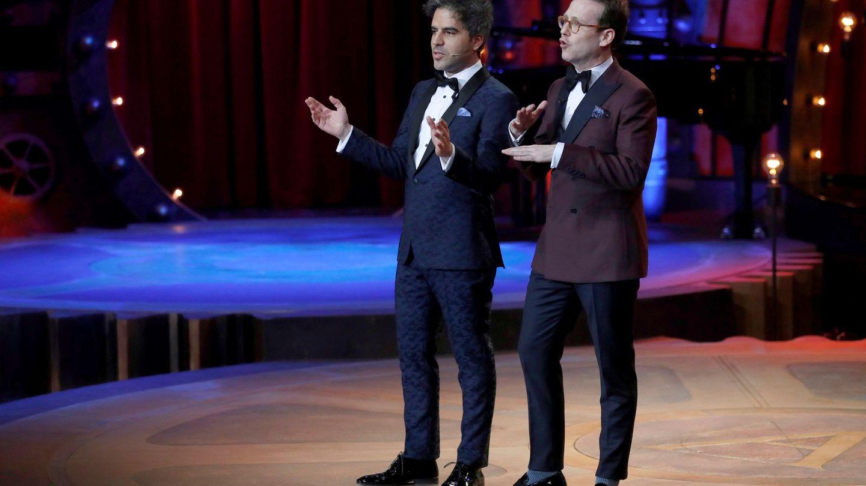 Ernesto Sevilla y Joaquín Reyes, en el escenario de los Goya. (EFE / Chema Moya)