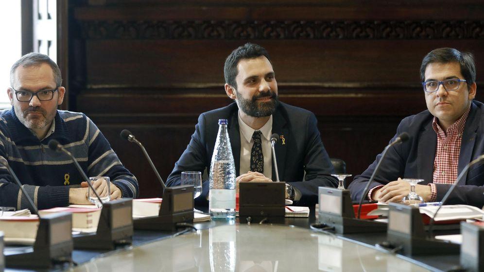 Foto: El presidente de la cámara catalana, Roger Torrent (c), junto al vicepresidente primero, Josep Costa de JxCat (i), y José María Espejo-Saavedra de Ciudadanos (d) este lunes. (EFE)